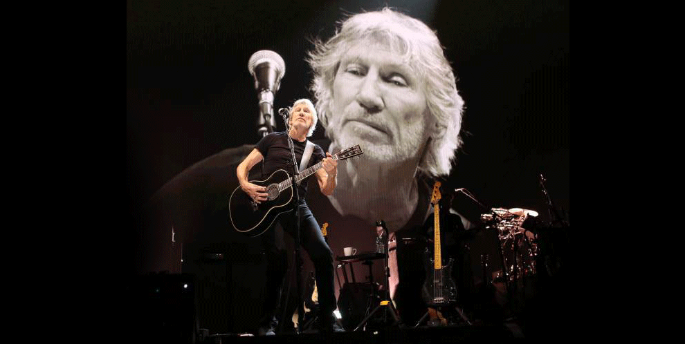 Roger-Waters-alone-on-stage